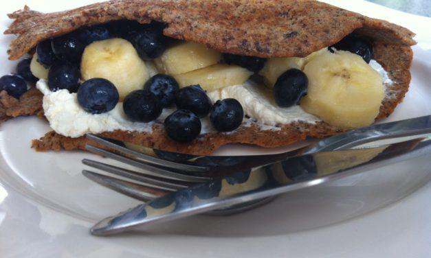 Nuss-Omelette mit Banane und Heidelbeeren