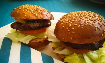 Burger-BBQ: Brioche Burger Buns, Burgersauce und Patties.